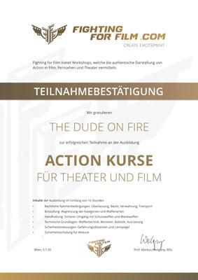 """Eine Urkunde zeigt eine Teilnahmebestätigung von Fighting for Film mit einer Widmung und Kursbeschreibung """"Action Kurse"""" zum Schießen lernen mit Kursinhalten und Unterschrift."""